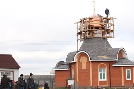 освящение и установка креста на купол строящегося храма-часовни Смоленской иконы Божией Матери в Молитвино