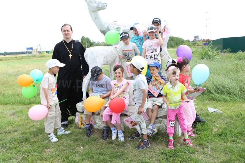 Малыши из Коломенского детского дома-интерната «Планета детства» в контактном зоопарке «Горки» 8 июля 2015 года
