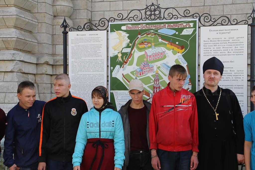 Воспитанники Коломенского детского дома-интерната в Иоанна-Богословском монастыре и в с. Константиново 12 сентября 2016 года