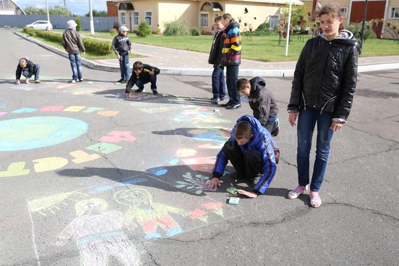 Конкурс рисунков на асфальте в Коломенском детском доме-интернате «Планета детства» 7 сентября 2015 года
