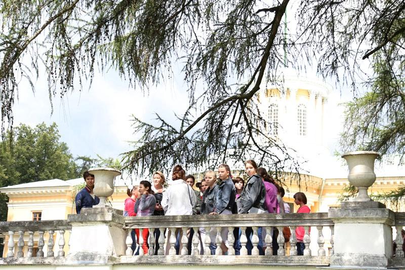 Воспитанники Коломенского детского дома-интерната «Планета детства» в музее-усадьбе «Архангельское» 22 июля 2015 года